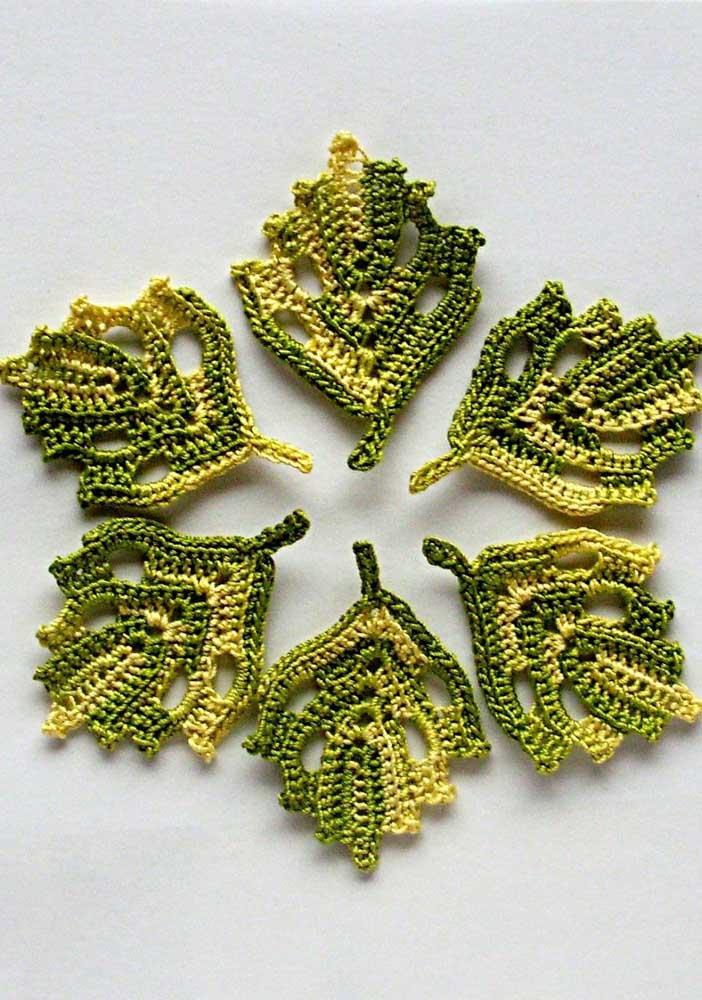 Que tal fazer algumas folhas de crochê, em um tom mais claro, que ficam soltas?