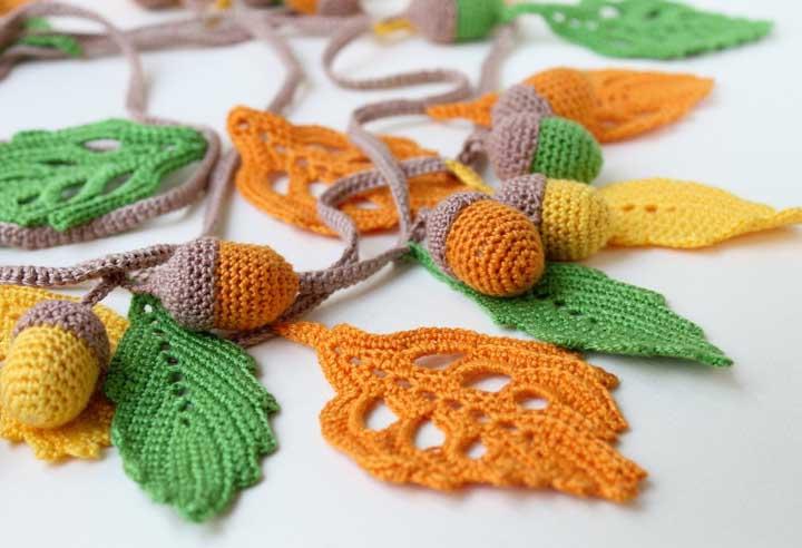 Além das folhas na cor tradicional, você também pode fazer no tom mais claro e ainda incrementar com os frutos.