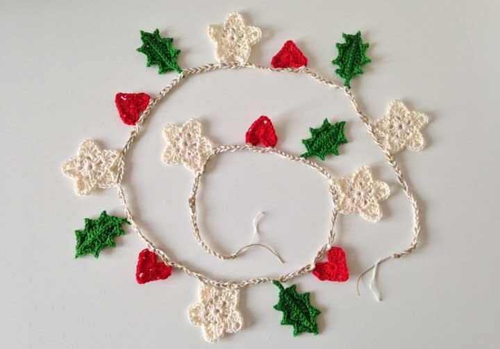Faça uma corrente de crochê com folhas, frutos e flores.