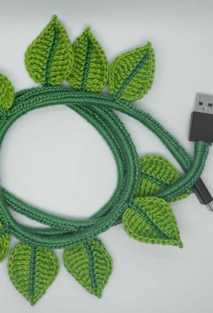 Se você usar a criatividade pode fazer objetos incríveis com as folhas de crochê. Um bom exemplo é essa capa para cabo de USB.