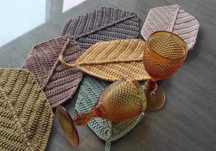 Folhas grandes feitas de crochê são perfeitas para serem usadas como porta copo.
