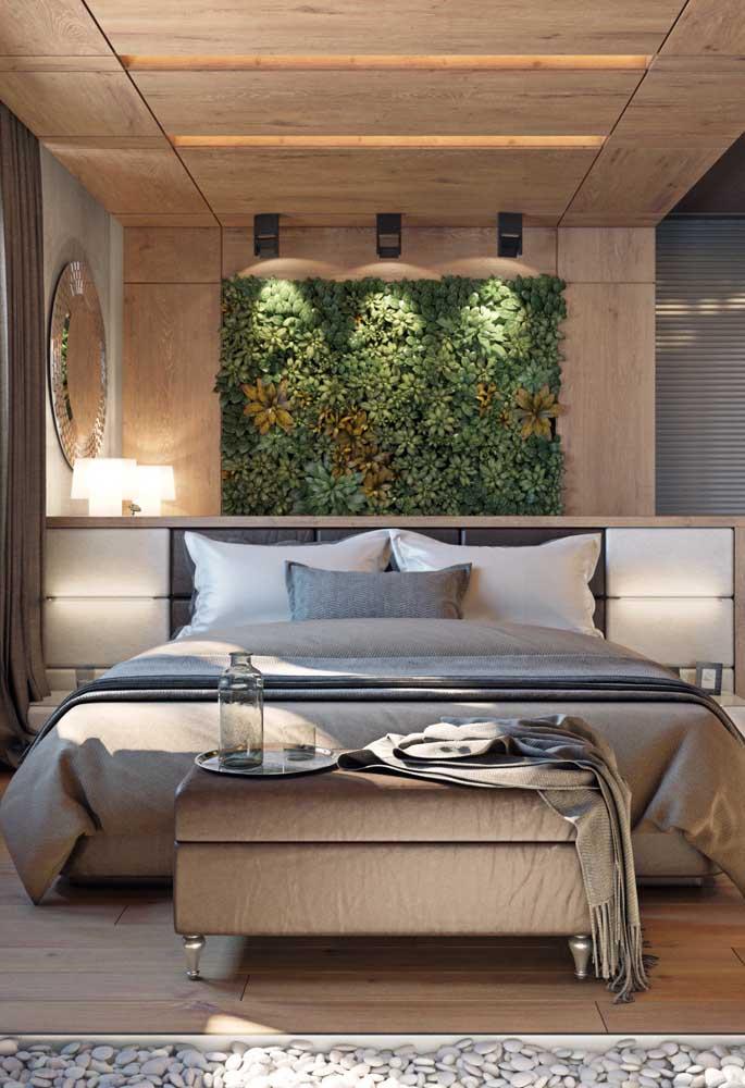 Jardim suspenso no quarto; aqui a proposta foi destacar a cabeceira da cama com plantas de coloração variada