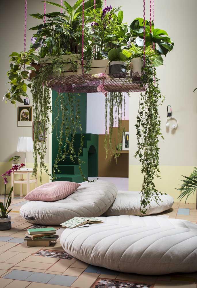 Jardim suspenso pelo teto; abaixo dele uma área para relaxar e descansar