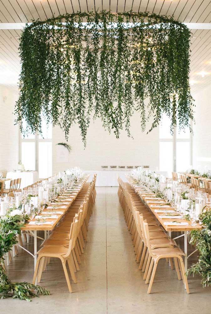 Como valorizar a decoração da festa? Você pode começar pensando em um arco verde pendente e suspenso no teto