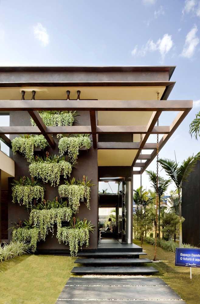 Jardim suspenso na fachada da casa; solução para quem não possui quintais ou áreas amplas