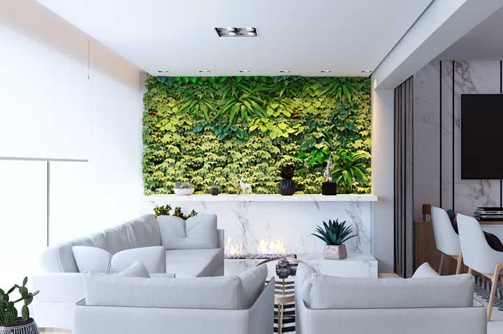 A varanda toda branca se encheu de vida com o jardim verdinho na parede