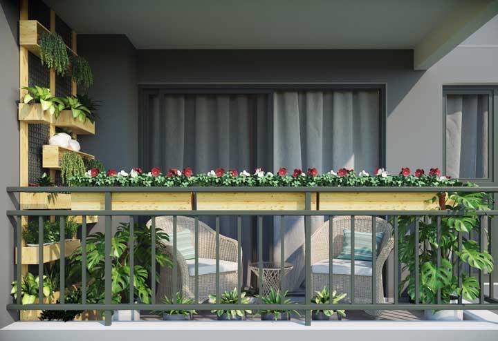 Floreiras na frente e vasos de folhagens aos fundos; uma varanda verde completa