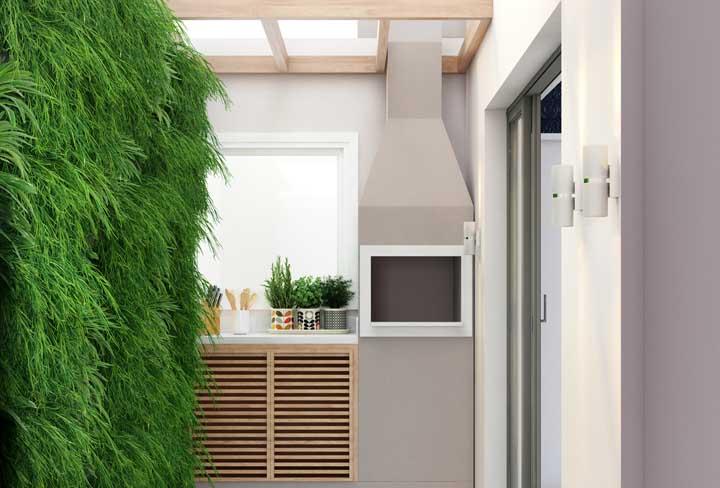 A forração verde na parede deixou a área do churrasco mais acolhedora e fresca