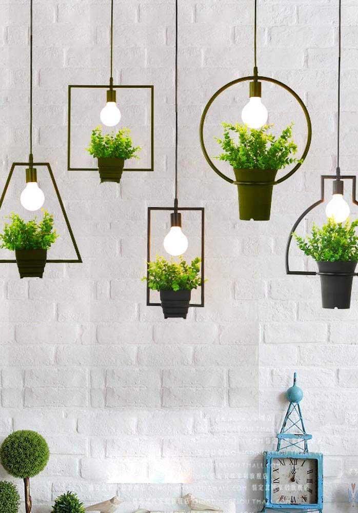 Luminárias verdes e naturais; ideia moderna e charmosa de jardim suspenso