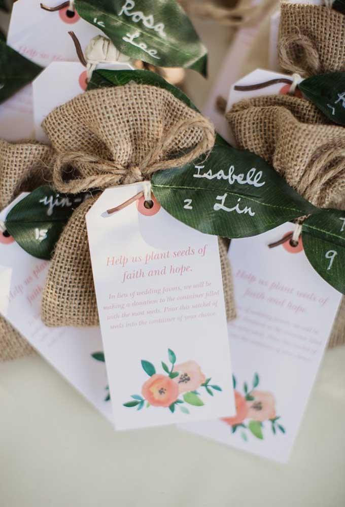 Os saquinhos reciclados são excelentes para servir como lembrancinha de casamento. O detalhe fica por conta das folhas que servem como cartão.