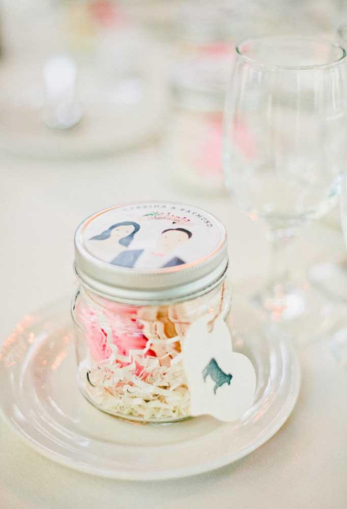 Se você for entregar lembrancinhas que sejam comestíveis, uma boa opção é colocá-las dentro de uma latinha. Na tampa, personalize com o tema do casamento.