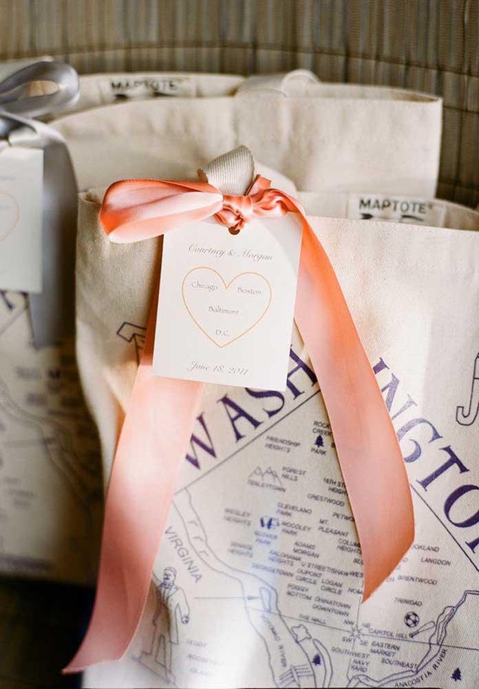 As sacolinhas são perfeitas para colocar diversos mimos da lembrancinha de casamento.