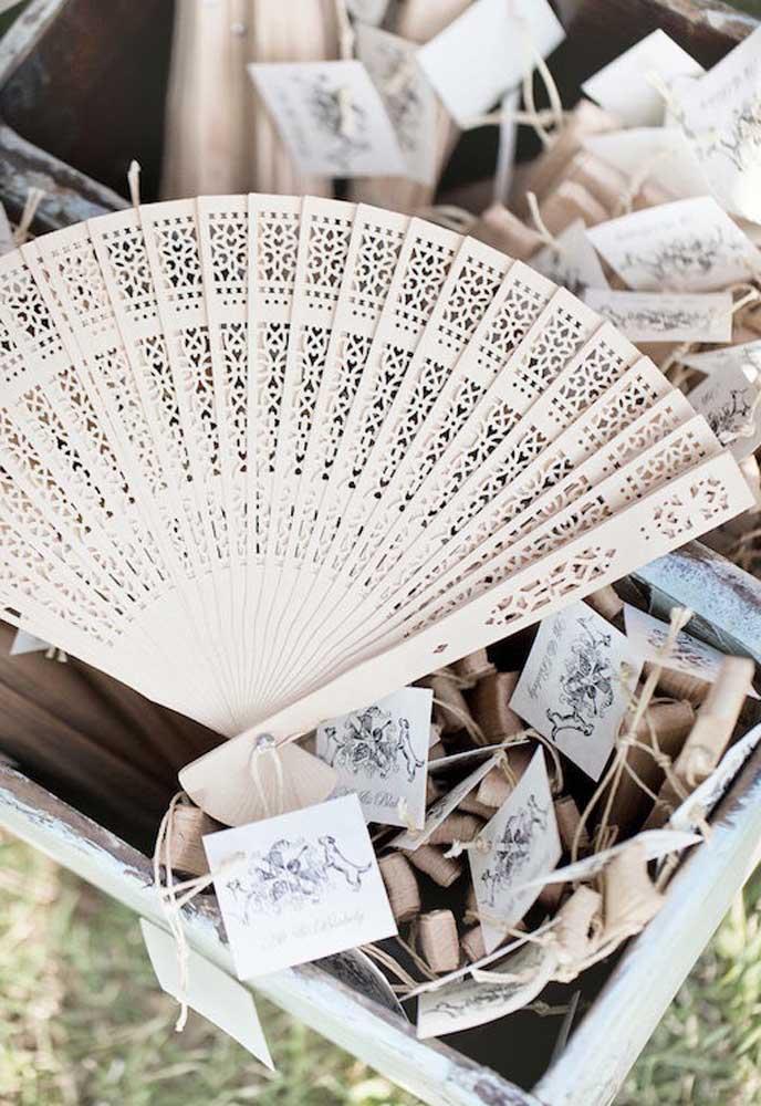 Uma boa opção de lembrancinha de casamento para climas mais quentes é um leque feito de madeira, além de ser extremamente chique.
