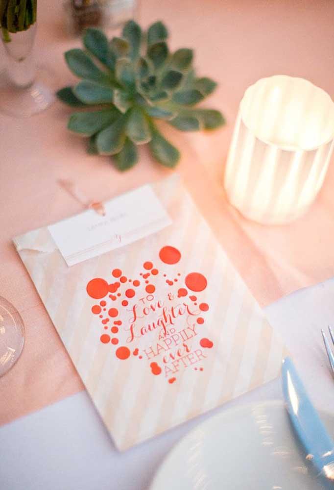 As lembrancinhas de casamento podem ser colocadas individualmente em cima da mesa de jantar.