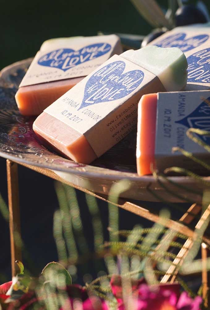 Você pode produzir algumas barras de sabonete para distribuir como lembrancinha de casamento.