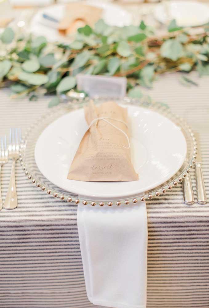 A lembrancinha de casamento pode ser colocada em cima do prato de jantar