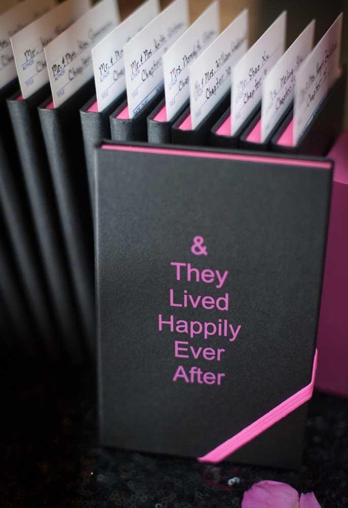 Olha que lembrancinha original: um livro sobre o casal de noivos e como eles viveram feliz para sempre.
