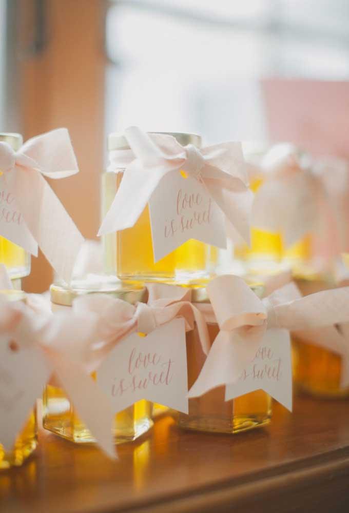 Quem não gosta de receber um presente perfumado? Por isso, o pote com essência é uma excelente opção de lembrancinha de casamento.