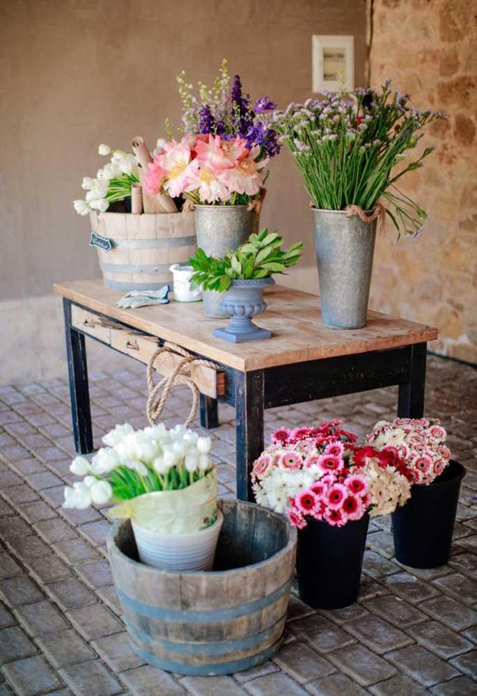Para decorar a mesa das lembrancinhas de casamento, nada melhor do que os arranjos de flores do campo.