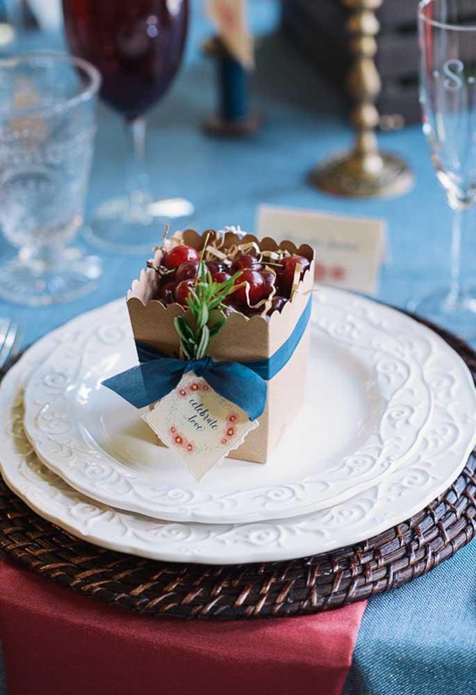 O que você acha de servir uma caixinha cheia de frutas? É uma lembrancinha simples, mas extremamente deliciosa.