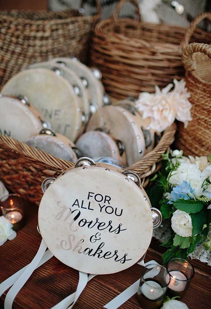 Para um casamento regado a muita música e dança, a lembrancinha não poderia ser diferente, já que precisa entrar no ritmo. Portanto, entregue um pandeiro customizado.
