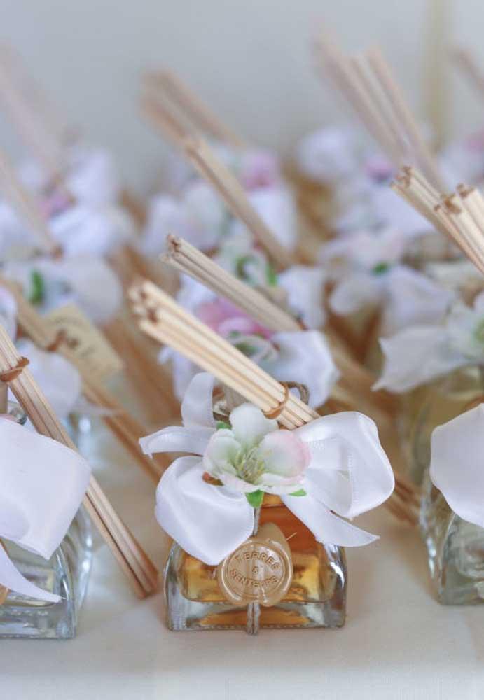 Se você gosta de presentear com algo perfumado, use uma essência com incenso como lembrancinha de casamento.