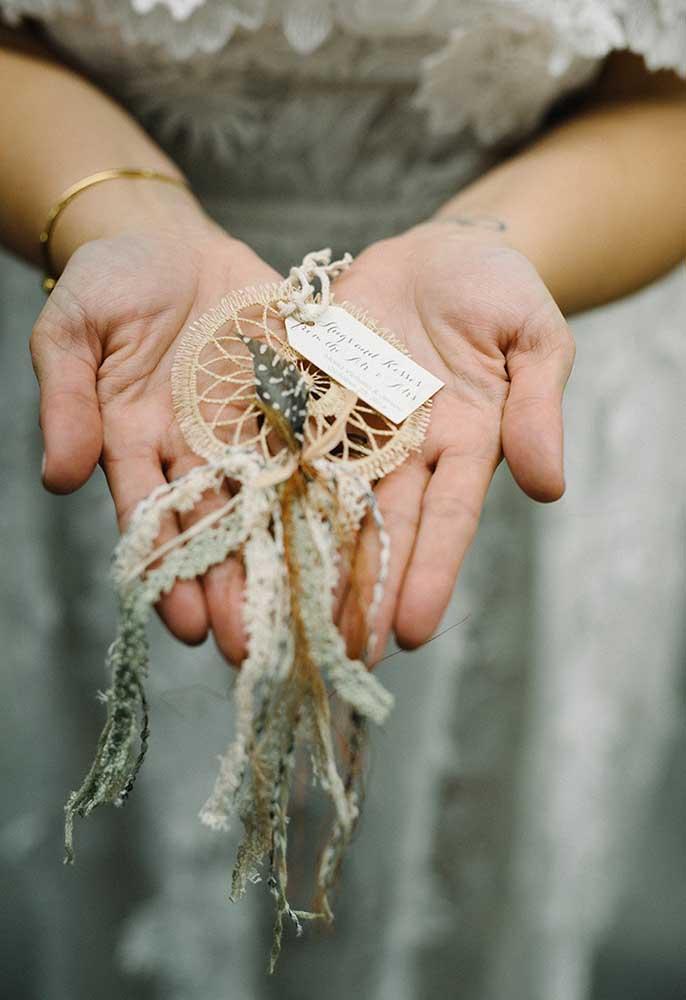 Faça algo diferente, mas que tenha alguma simbologia ou que seja significativo para os noivos.
