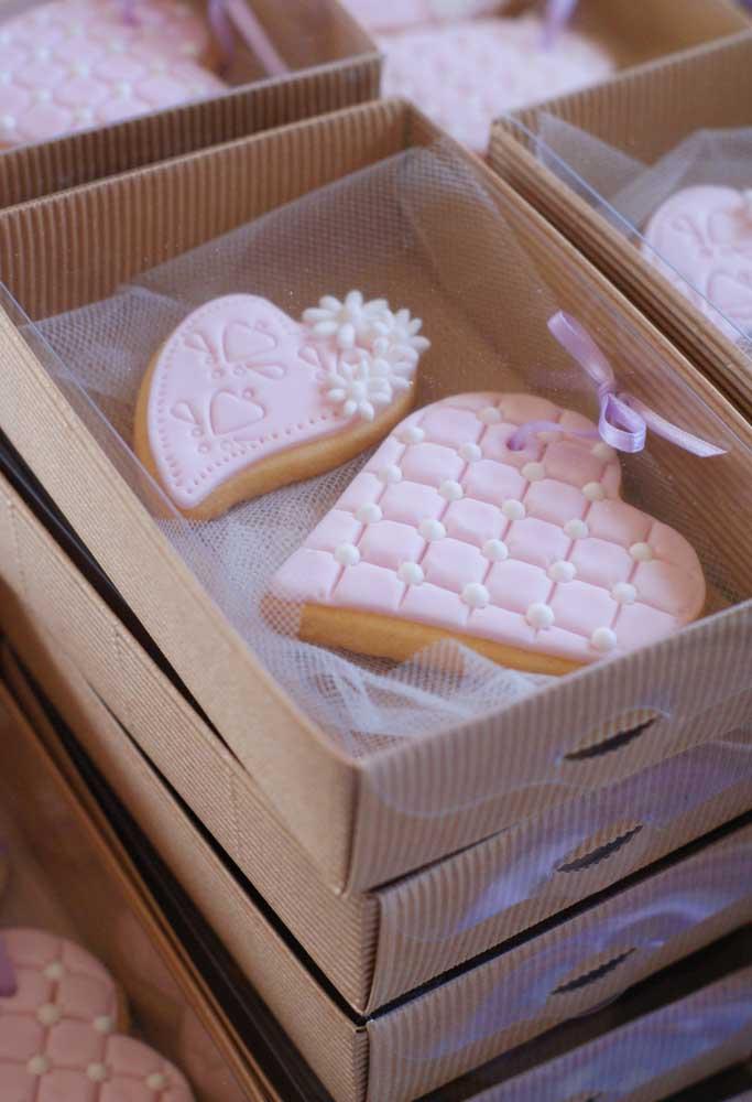 As lembrancinhas para os padrinhos precisam ser especiais como essa caixa chique com guloseimas.