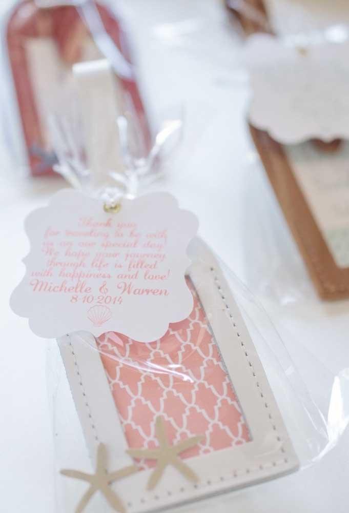 Se a grana está curta, mas você não quer deixar de presentear os convidados, prepare uma lembrancinha de casamento simples.