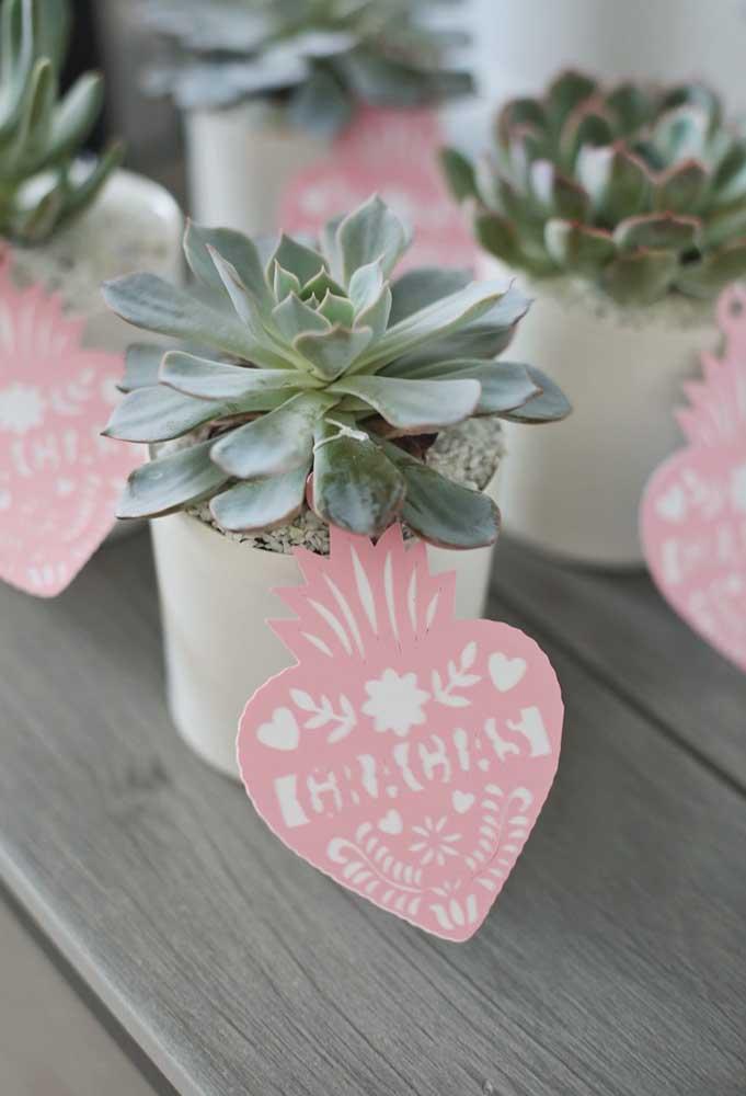 Uma das tendências do momento é presentear os convidados com um vaso de planta, principalmente, quando o objeto representa algo para os noivos.