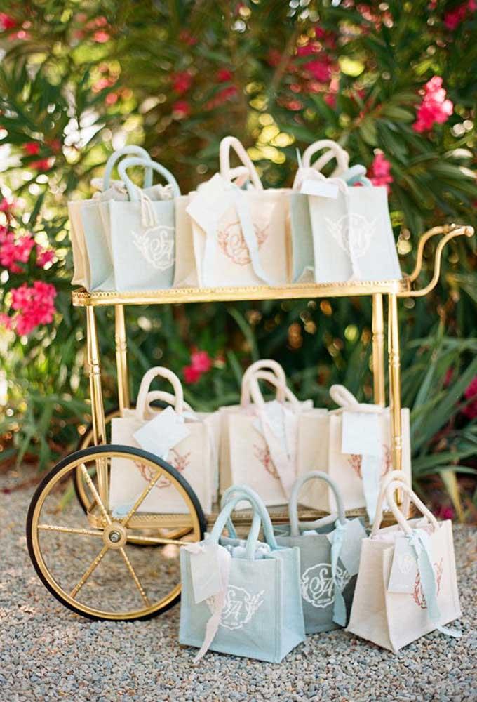 Se o casamento for de dia, uma bicicleta antiga como esse pode ser uma excelente opção para organizar as lembrancinhas de casamento.