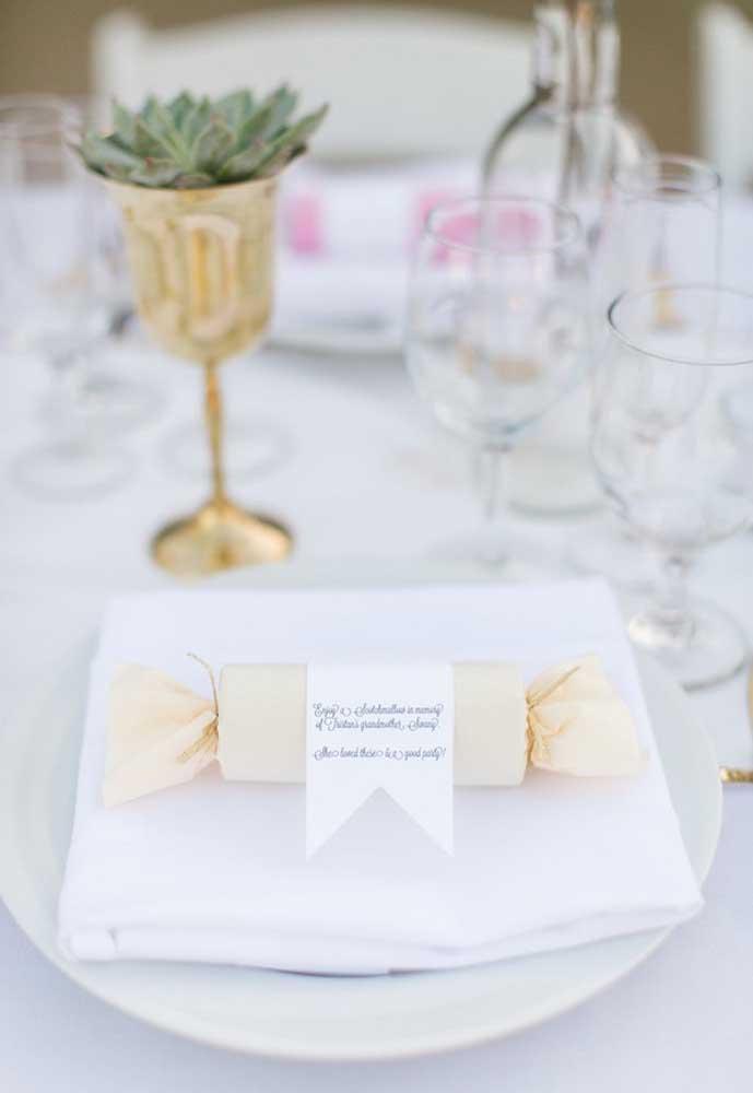 Surpreenda os convidados colocando as lembrancinhas de casamento dentro do prato de jantar.