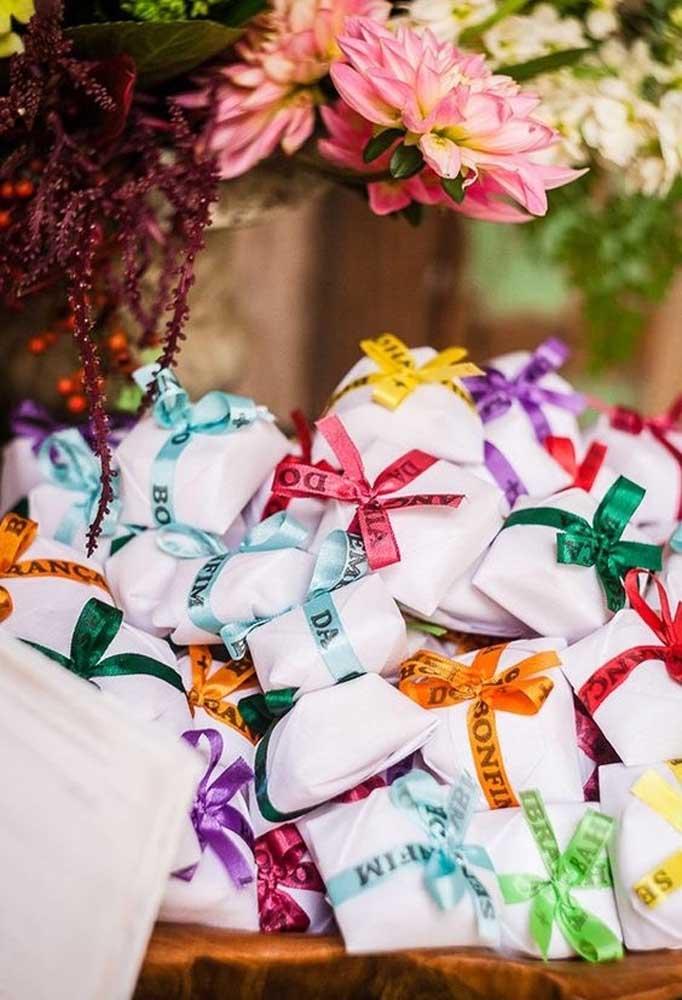 Se a intenção é fazer algo bem colorido e com certa simbologia, use a fita famosa do Senhor do Bonfim para amarrar as lembrancinhas.