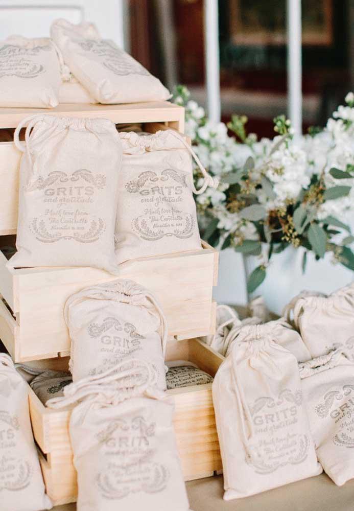 Os saquinhos feitos de tecido reciclado ganham uma nova roupagem com a personalização para lembrancinha de casamento.