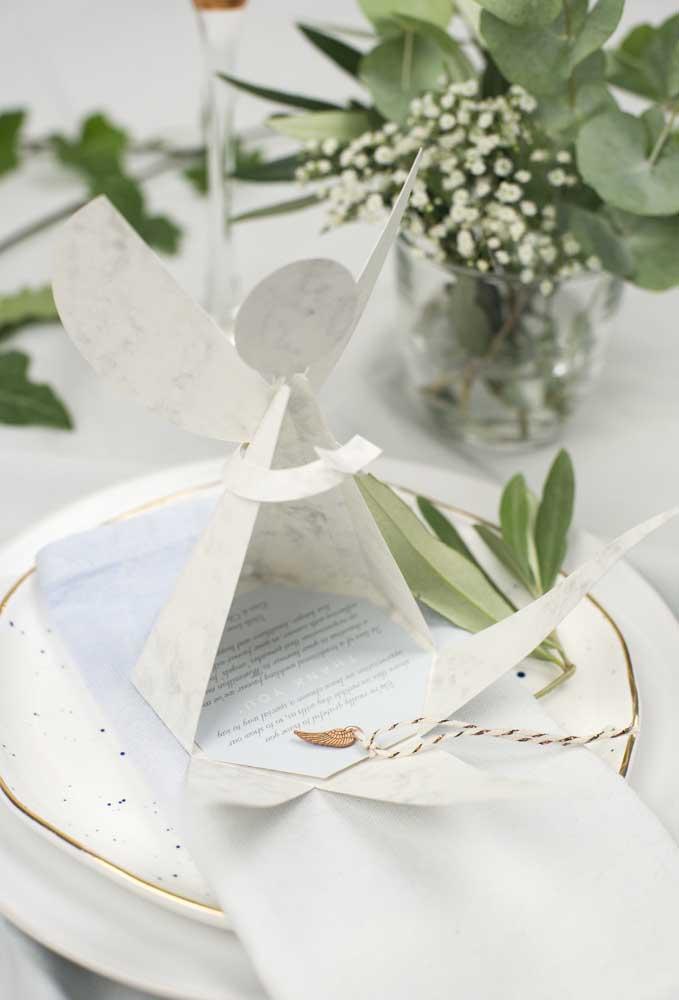 Para ter um casamento abençoado, distribua anjinhos feitos de papel. A surpresa está na frase dentro dele.