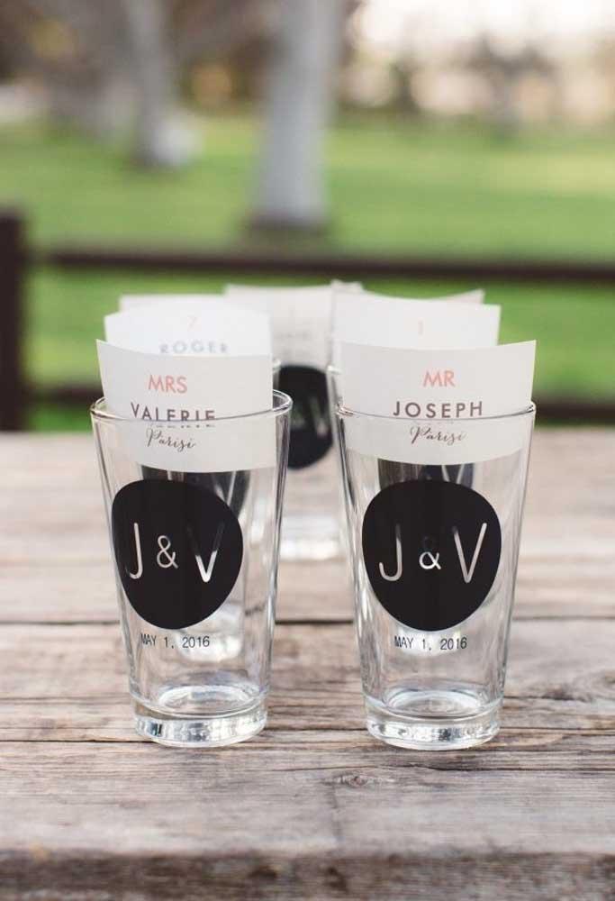 Os convidados podem levar para casa um copo gravado com as iniciais dos noivos.