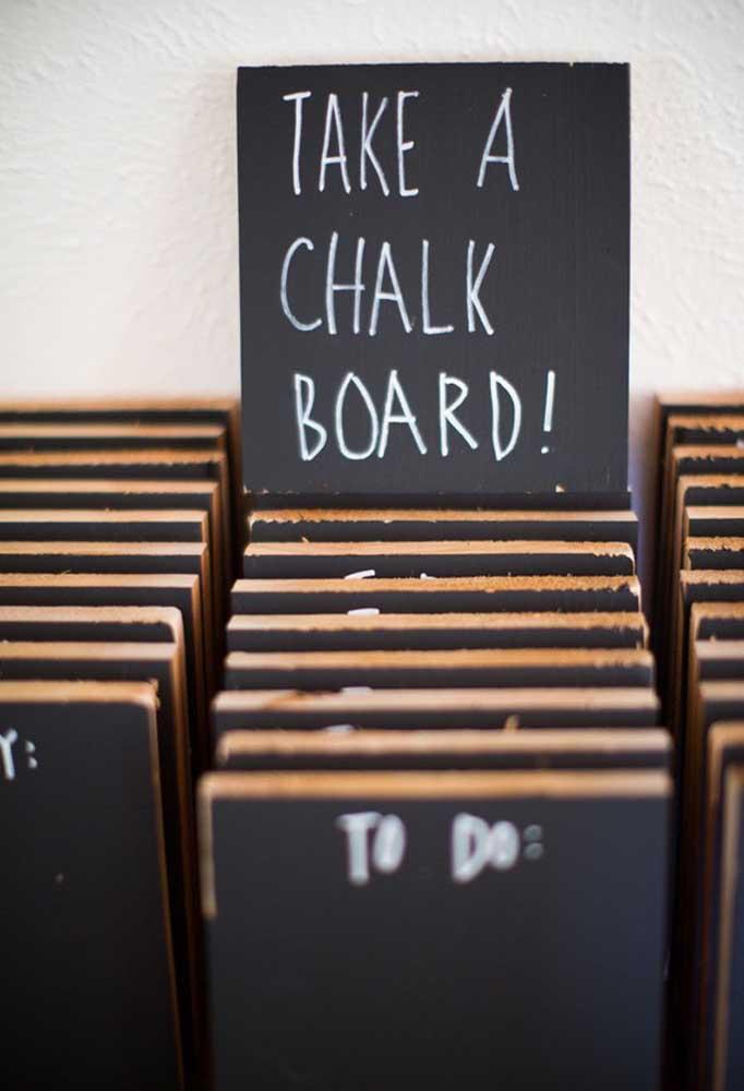 Cantinho das mensagens: peça para cada convidado pegar uma lousa e escrever uma linda mensagem para os noivos.