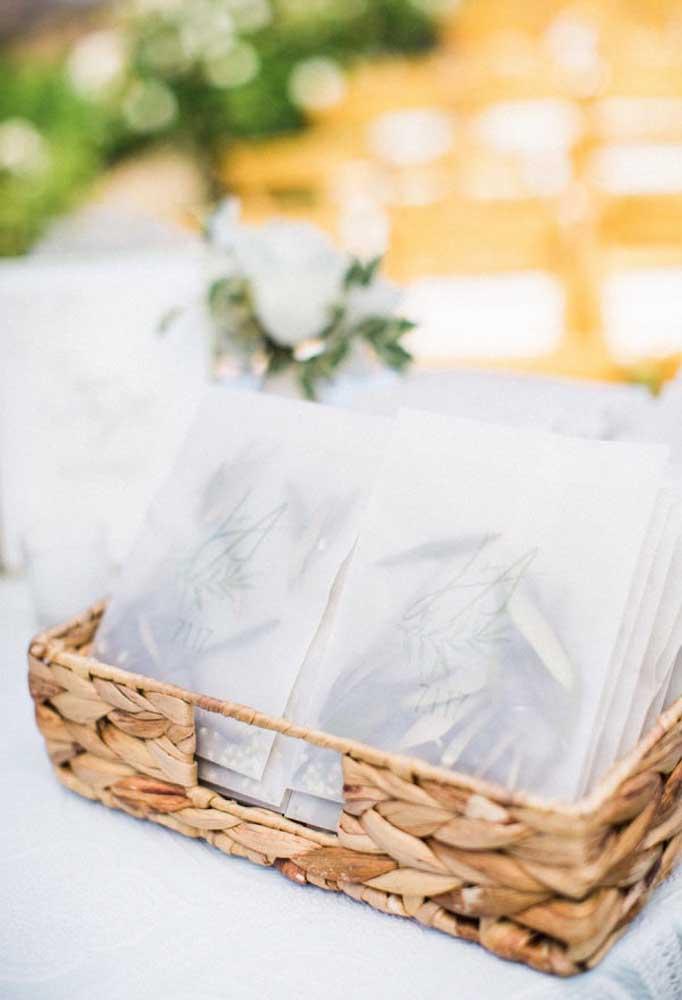 Ou distribua cartões para os convidados escreverem lindas mensagens para os noivos.