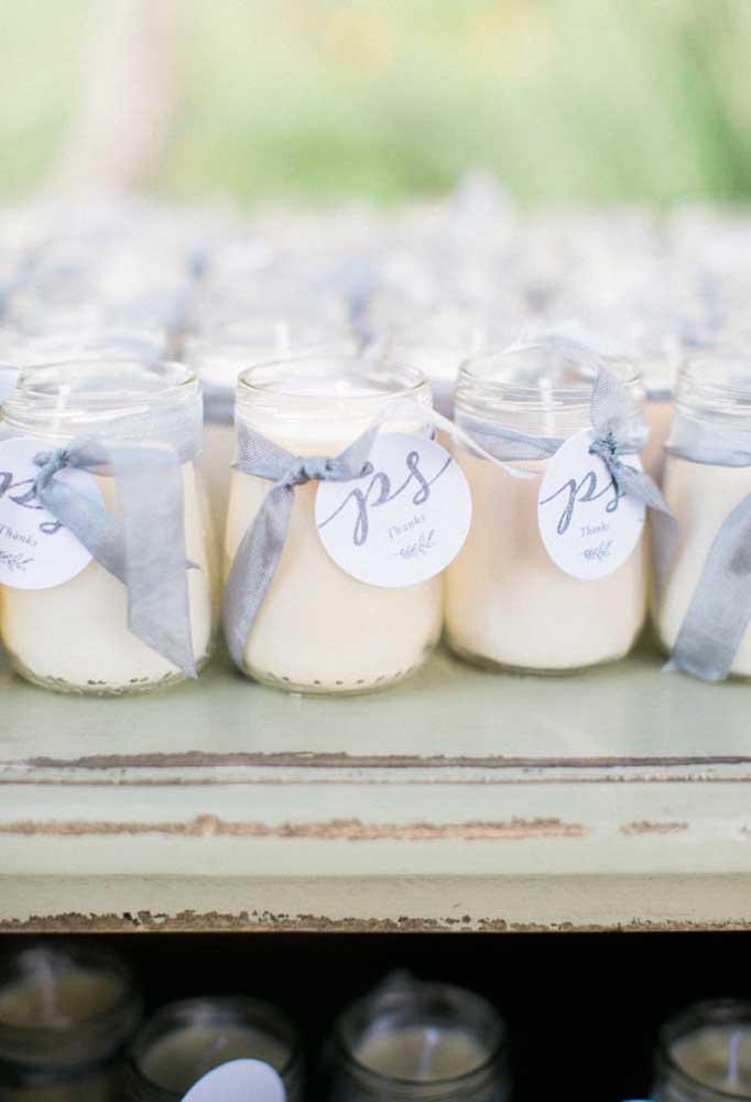 A vela dentro de um potinho é uma boa opção de lembrancinha de casamento, principalmente, se a fragrância for a preferida dos noivos.