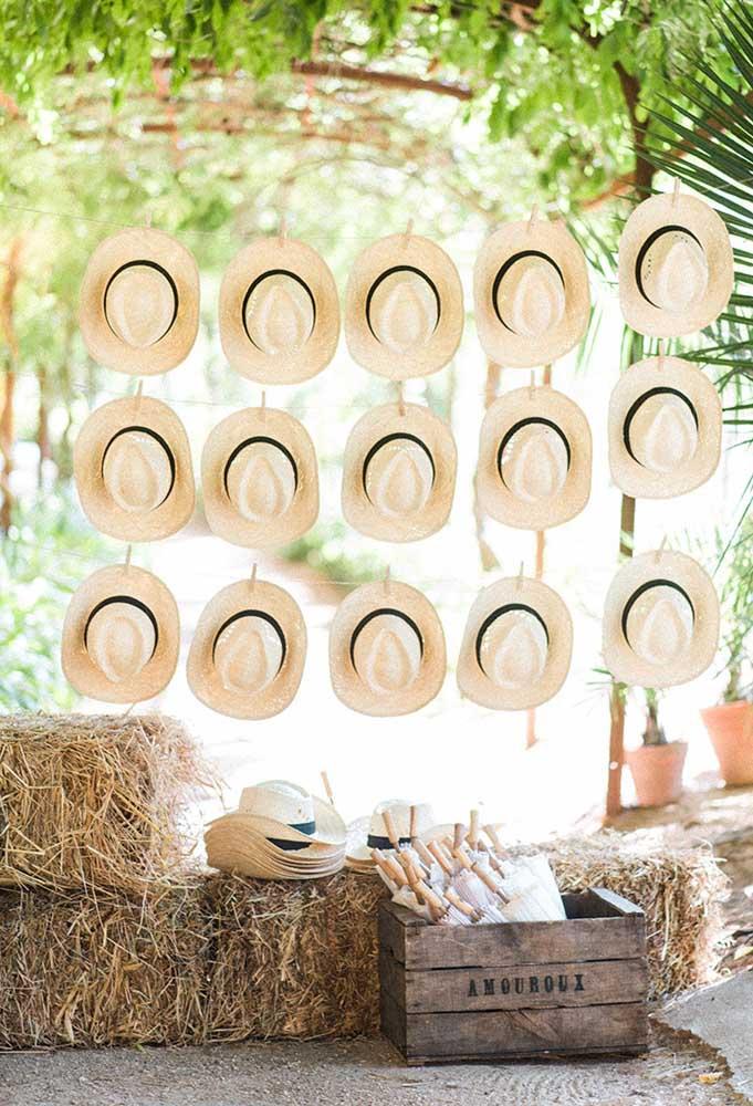 Para os cavalheiros da festa, distribua chapéus como lembrancinha de casamento.