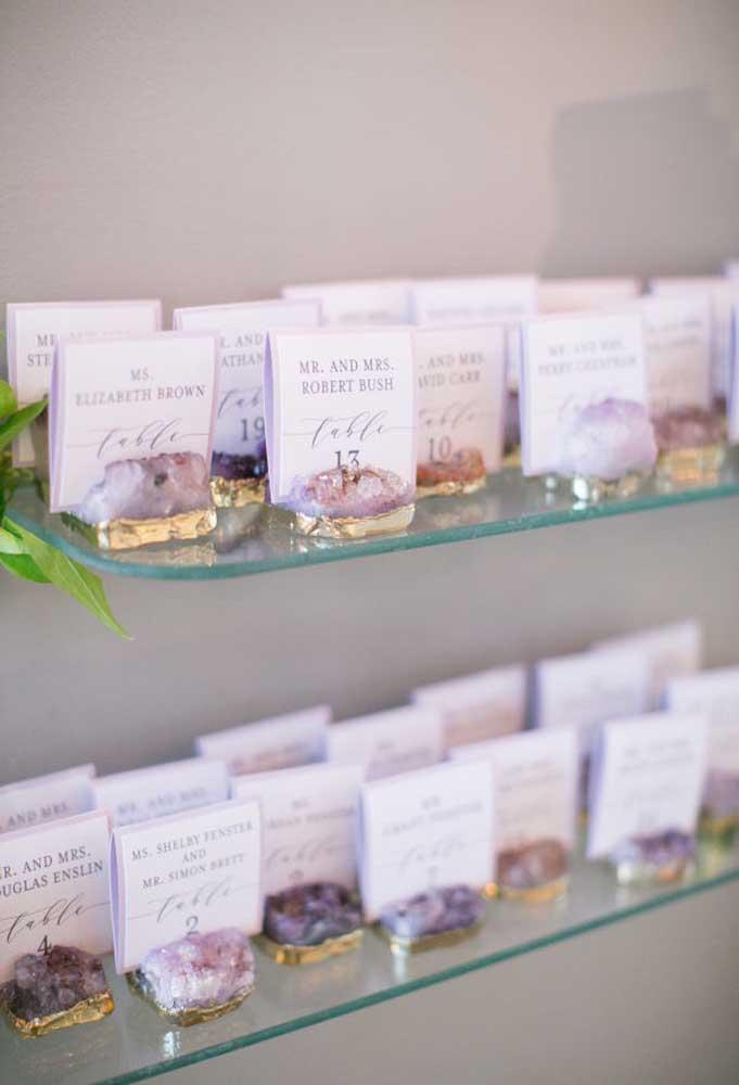 Já pensou em entregar uma pedra preciosa para cada convidado? Considere como lembrancinha de casamento uma linda ametista.