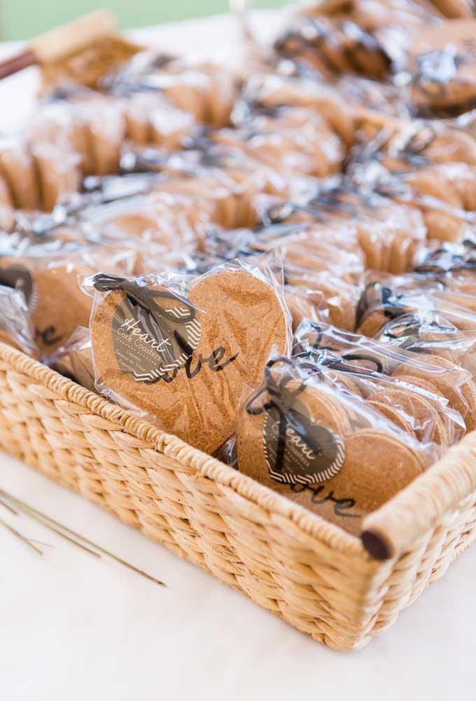 Se você prefere as lembrancinhas de casamento comestíveis, faça biscoitos no formato de coração.