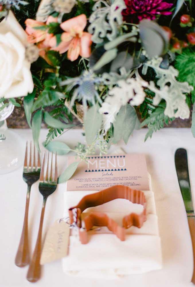 Não espere o final da festa para entregar as lembrancinhas de casamento. Coloque-as em cima do prato de jantar de cada convidado.