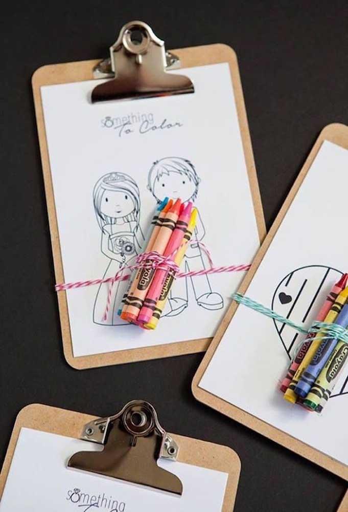 Prepare uma prancheta com o desenho dos noivos e amarre alguns lápis de cera colorido. Depois é só pedir para os convidados usarem a imaginação.