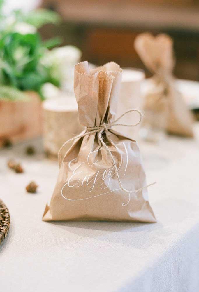 Use saquinhos de papel como lembrancinha de casamento. Para fechar, amarre com um fio bem rústico.