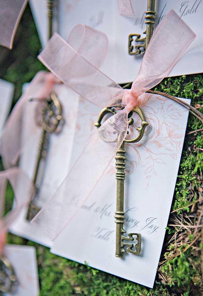Distribua a chave da porta da felicidade para os seus convidados.
