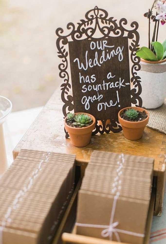 O vasinho com planta é uma excelente forma de mostrar o crescimento do amor dos noivos.