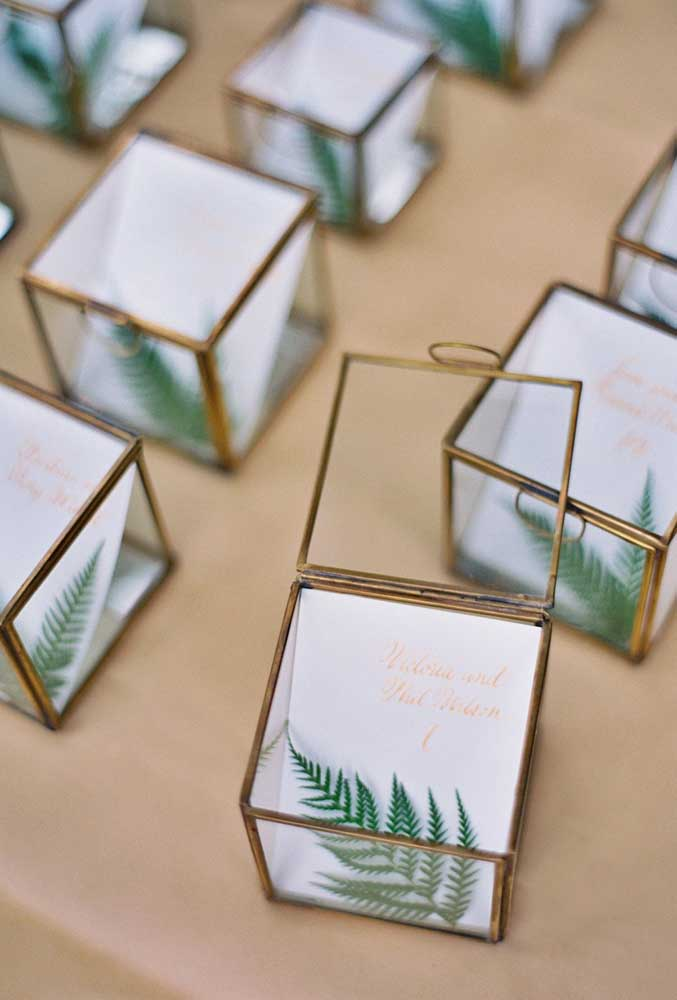 Ou coloque uma pequena e singela folha dentro de uma caixinha e distribua como lembrancinha de casamento.