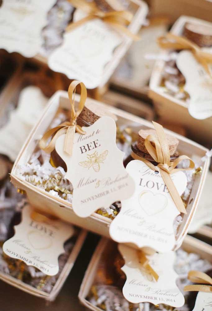 O que você acha de entregar uma caixinha com pequenas garrafas cheias de mel de abelha?