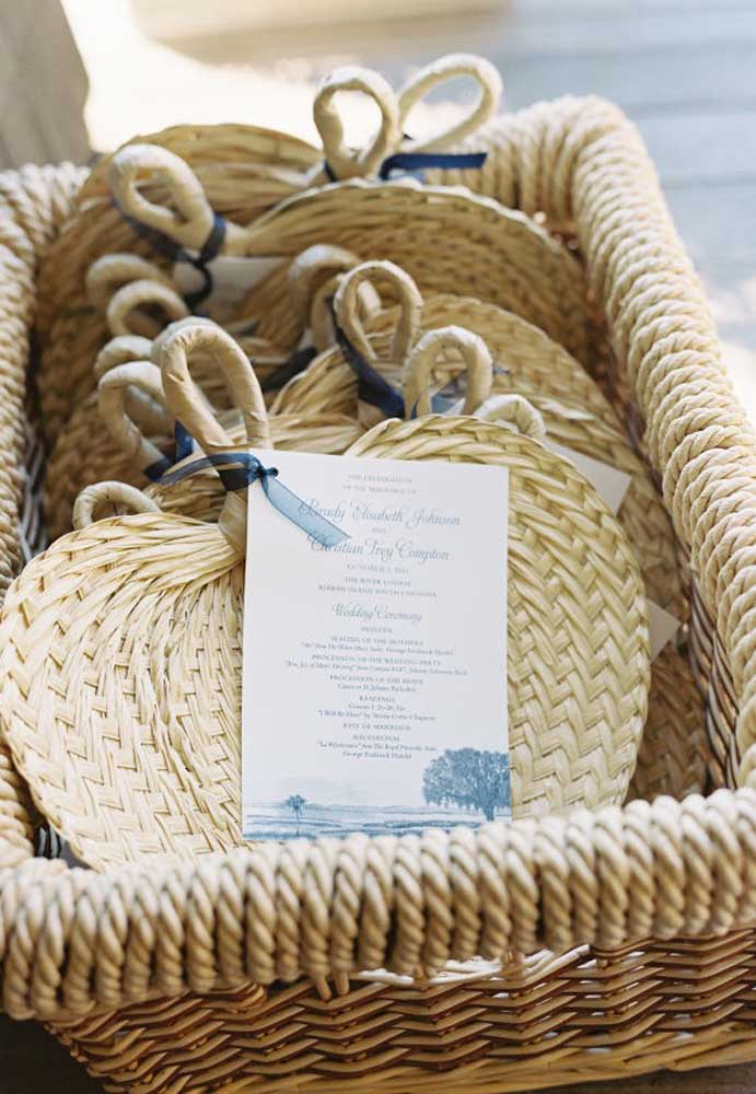 A opção do leque como lembrancinha de casamento é excelente, principalmente, se for no formato mais rústico.